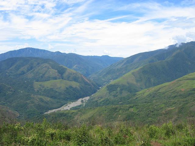 Les Andes et la vallée du Rio Coroico. 10 janvier 2004. Photo : H. Bloch