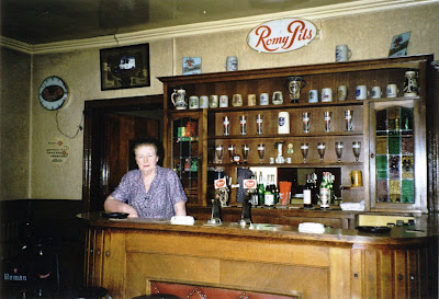Anna Van De Mergel achter de toog in café In de Bareel