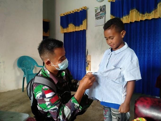 Dalam Rangka Hari Kelahiran Pancasila Satgas Pamtas Yonarmed 6/3 Kostrad Bagikan Kaos Merah Putih dan Baju Layak Pakai.