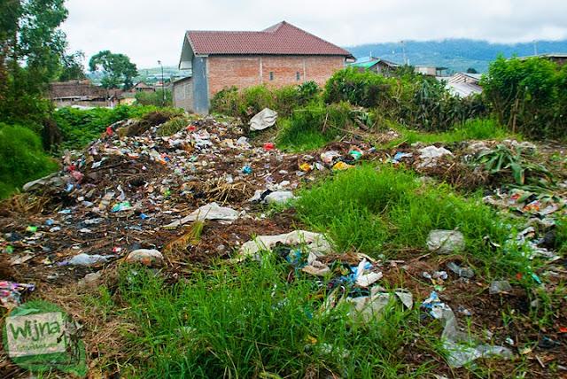 Lokasi pembuangan sampah yang menumpuk dan kotor di dekat obyek wisata Air Terjun Coban Talun di Kota Batu