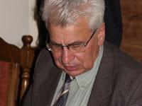 06 Dr. Kiss László szintén előadott a konferencián, a megjelent kötetet tanúlmányozza.jpg