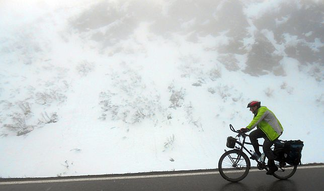 Miri on the Bike in Schnee und Nebel am Arlbergpass (1800 m)