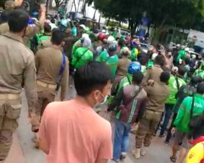 Insiden Antara Ojol Dan Satpol PP di Alun - alun Kota Bandung
