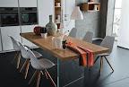 Eleganza, leggerezza e raffinatezza di questo tavolo moderno con piano in legno di rovere e basi in vetro.