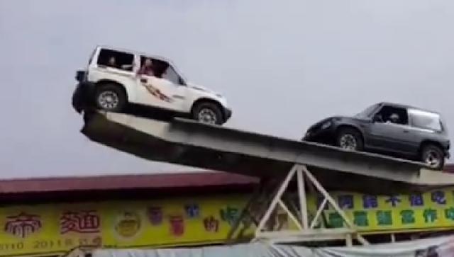 Aksi menegangkan dua mobil suv