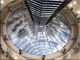 Embudo gigante en el interior de la cúpula del Reichstag - Berlín'10