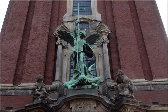 Fachada de la iglesia, el Arcángel San Miguel conquistando al diablo