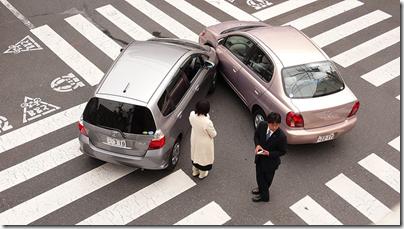 两辆汽车在交叉路口中严重合并。