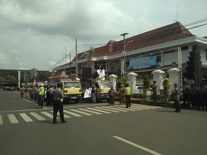 Demo Warga Kedumulyo Sukolilo Dipendopo Kabupaten Pati