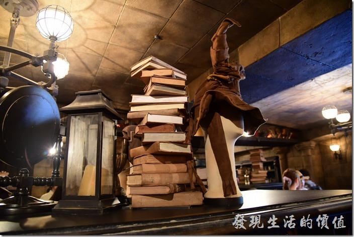日本大阪-環球影城。體驗完哈利波特的探險後,商店街上有各式哈利波特的道具與玩意可以購買,這裡還有分類帽耶!