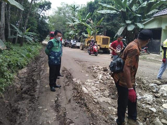 Pantau Jalan Alternatif Rusak, Bupati Abdul Hadi Perintahkan Dinas PUPR Prioritaskan Perbaikan Jalan