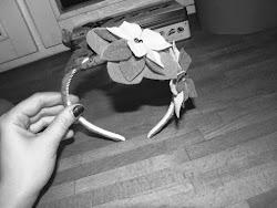 Ustalamy jak chcemy rozmieścić kwiaty i przyklejamy. Opaska jest gotowa!