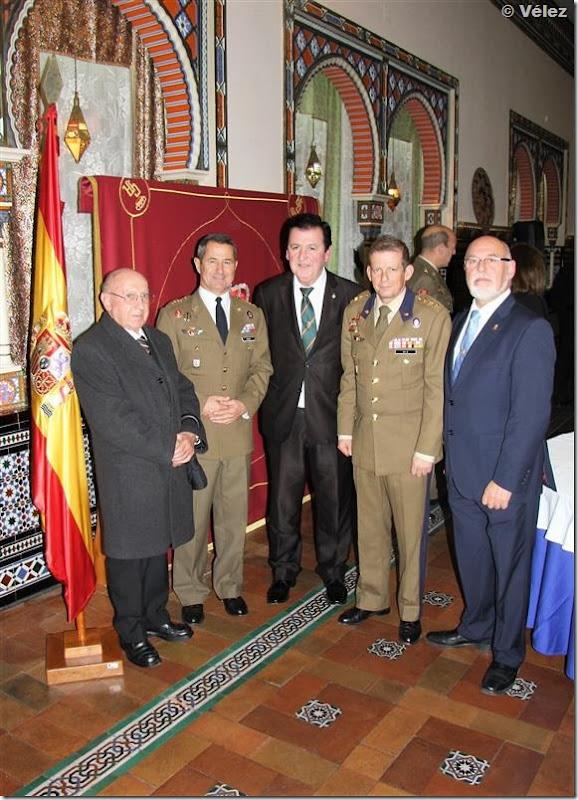 El coronel Rocha (izquierda) y el coronel Díz, con la comisión de la Cofradía