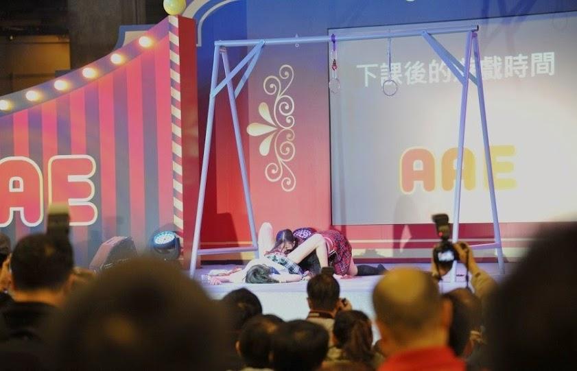 Biểu diễn cảnh trong phim người lớn ngay trên sân khấu