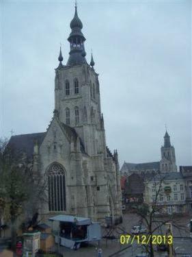 Zicht op de grote markt. Vooraan de grote kerk, in de achtergrond de Sint-Germanius kerk.