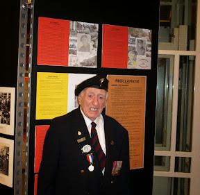 Ray Cumbley, Welsh Guards, Guards Armoured Division. Een van de bevrijders poserend bij zijn eigen verhaal. Mei 2015.