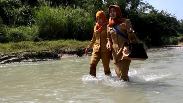 15 Tahun Mengabdi di Desa Terpencil, Bidan Cantik Ini Berjalan KakiBelasan Kilometer