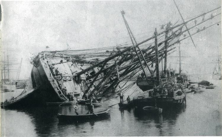 La fragata PALAMOS dando la banda en el puerto de Barcelona. Ca. 1900. Foto Museu Maritim de Barcelona.jpg