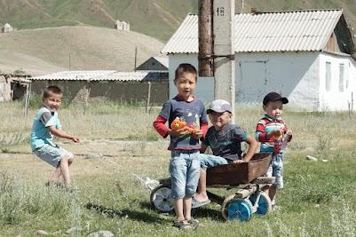 Spielende Kinder in Kojomkul