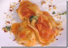 Ravioli ripieni di ventricina e stracciata con salsa di pomodori