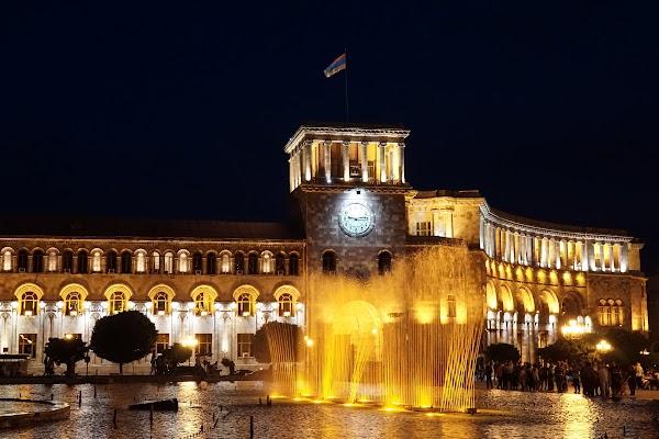 """Die """"singenden Fontänen"""" auf dem Platz der Republik in Yerevan"""