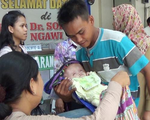 Berita foto video sinar Ngawi terbaru: RSUD dr Soeroto ngawi beri rujukan balita 3 bulan penderita Hydrochepalus untuk di rawat di Rs Moewardi Solo