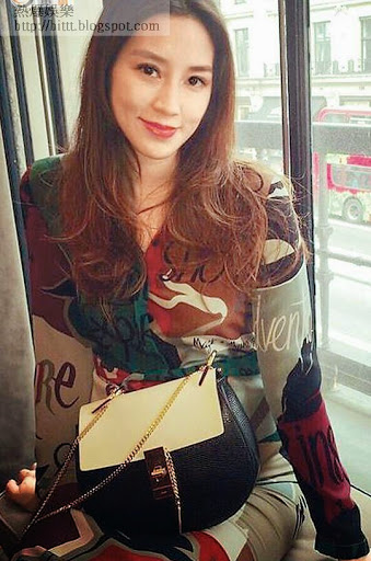 上周在倫敦時,子淇以手袋遮肚拍照。