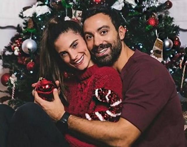 Σάκης Τανιμανίδης – Χριστίνα Μπόμπα: Ποζάρουν στο σαλόνι τους και μας δείχνουν το εντυπωσιακό χριστουγεννιάτικο δέντρο τους (pics,vid)