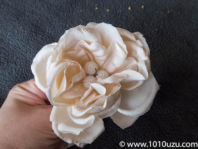 バラした花弁の中央に差す