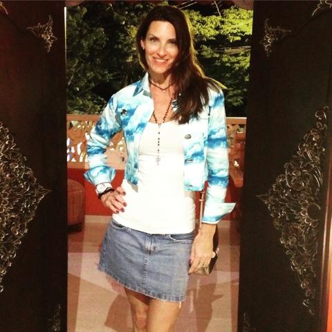 1b03629f1 Jaqueta Skinbiquini, camiseta Forever 21 e saia jeans Zara e bolsa Guess.