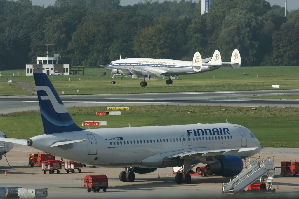 Eine Lockheed Super Constellation landet hinter der Finnair