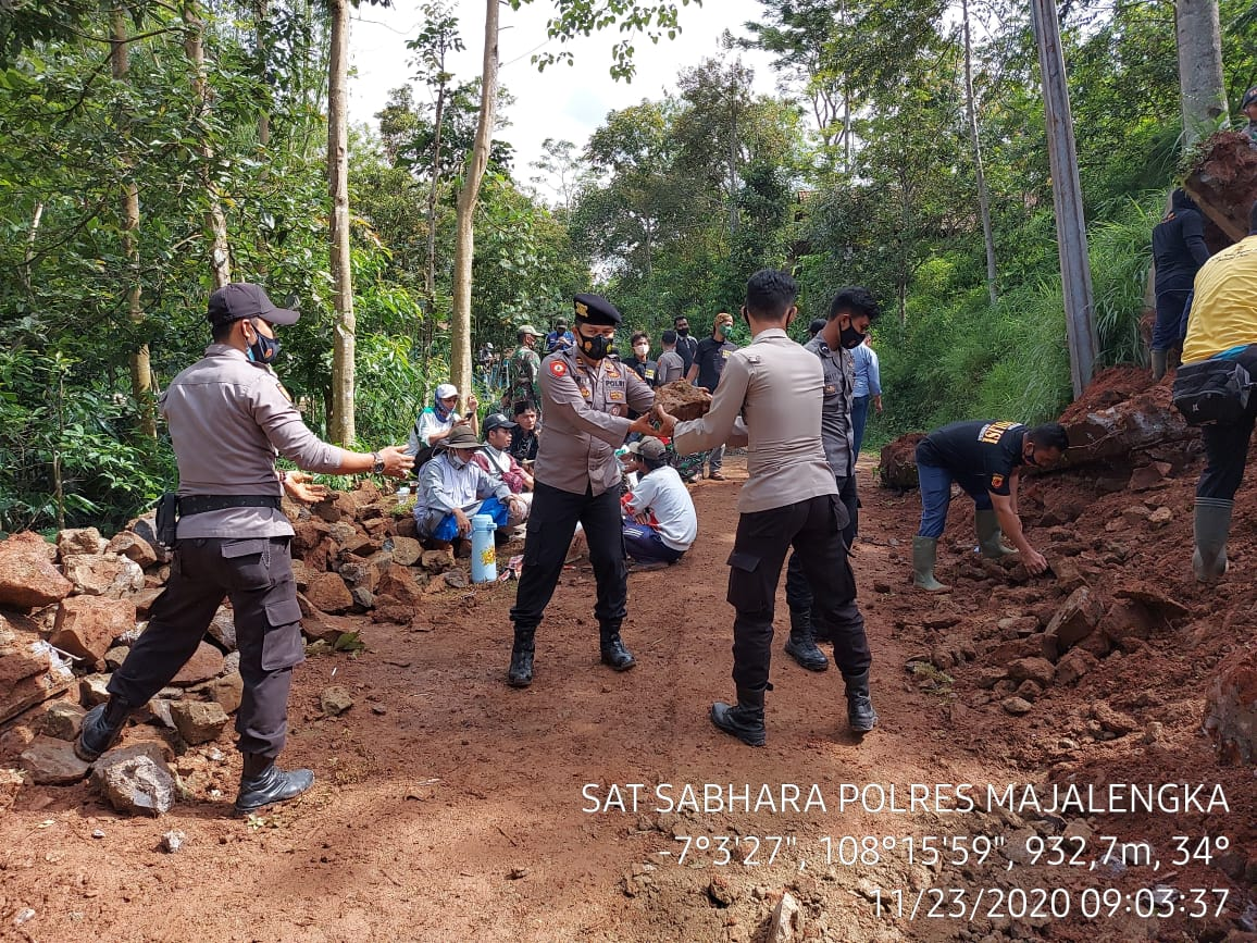 Polres Majalengka Bersama Instansi Terkait Tangani Bencana Longsor di Malausma