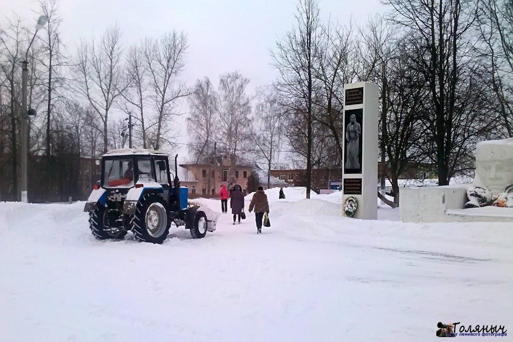 Очистка снега на памятнике погибшим воинам