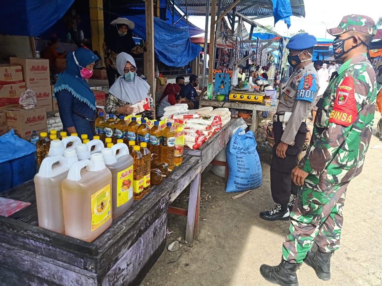 Jaga Adaptasi Kebiasaan Baru, Babinsa 05 Marioriwawo Lakukan Patroli di Pasar Tradisional