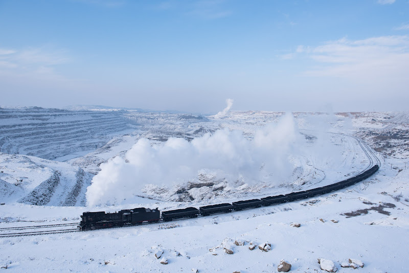 161231 積雪の露天鉱を登る列車
