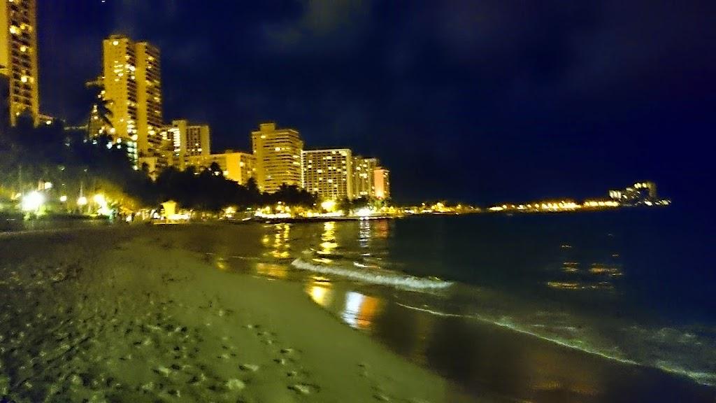 ハワイ 夜のワイキキビーチの写真2