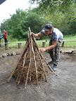 Libor si na stavbě prvního ohně dává záležet.