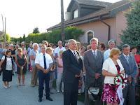 04 - a résztvevők átvonulnak az emlékműhöz.JPG