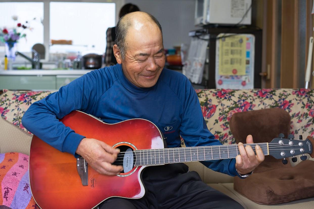 ギターを奏でる高田さん