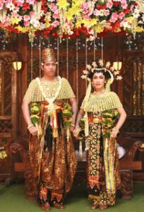 pakaian adat Jawa Timur pakaian tradisional Jawa Timur 204x300 Pakaian Adat Tradisional Indonesia