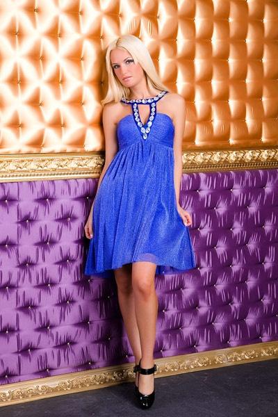 Kurzen blauen Kleid über dem Knie