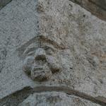 Rue Gaston Darley : pierre sculptée (visage)