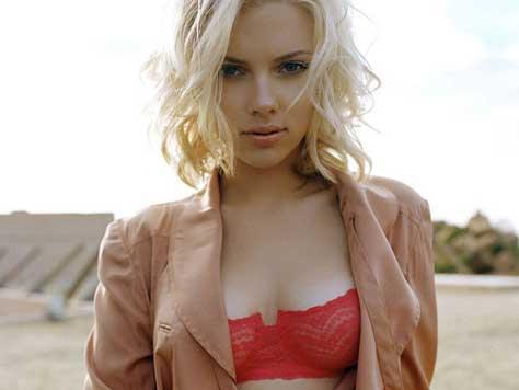 Scarlett Johansson con sujetador rojo