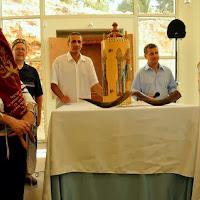 טקס שיכון ספרי התורה במשכנם החדש. Ceremony of placing the Torah scrolls in their new home.