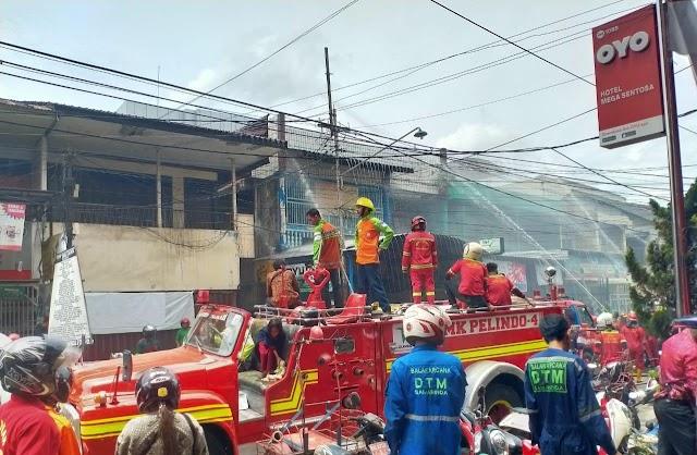 Sebuah Gudang dan Apotik Jalan Veteran Terbakar Diduga Akibat Korsleting | Kota Samarinda
