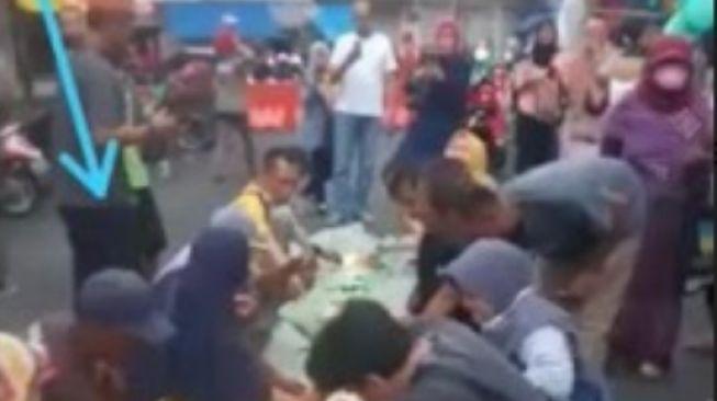Protes Tak Bisa Jualan selama PPKM Level 4, PKL Nekat Ngaliwet di Tengah Jalan
