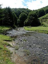 Photo: Le ruisseau qui s'échappe du barrage prend maintenant le nom d'Iraty (Iratiko sur les cartes). Il s'écoule en fond de vallée sur 5 ou 6 km, avant de poursuivre son cheminement en Espagne où une grande retenue isolée dans un magnifique cadre forestier est aménagée sur son cours.