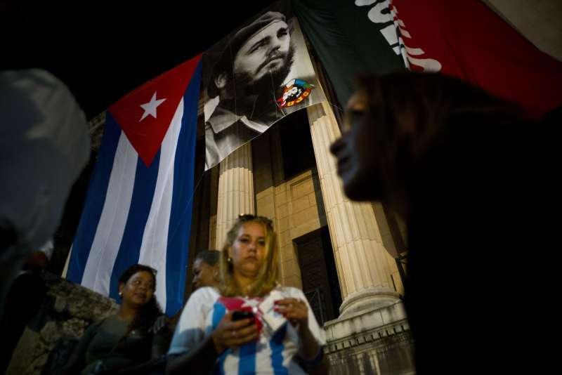 古巴強人菲德爾‧卡斯楚逝世一周年,民中參加紀念晚會。(美聯社)