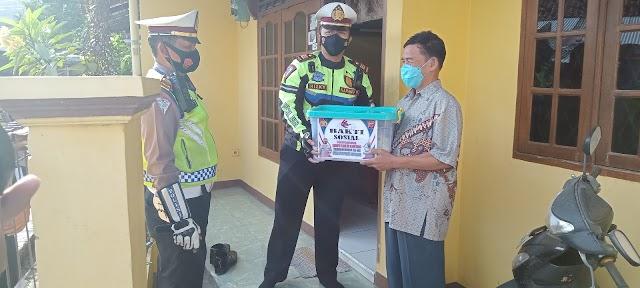 HUT Lantas ke 66, Satlantas Polres Karawang Bagi-bagi Sembako untuk Warga Kurang Mampu dan Purnawirawan Polri.