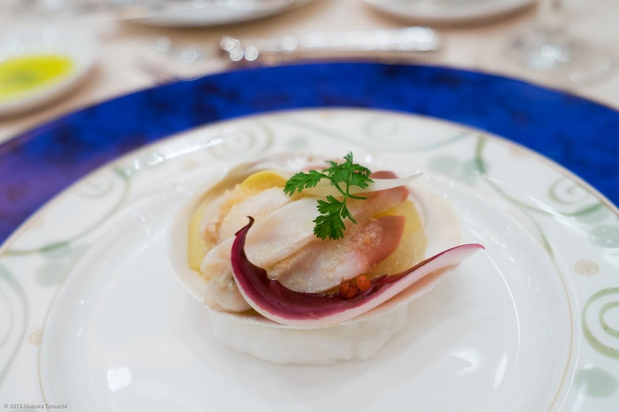黒北奇貝のデリス仕立て  二種のアンディーブとフレッシュフルーツ(オレンジ・キウィ・リンゴ・グレープフルーツ)和え